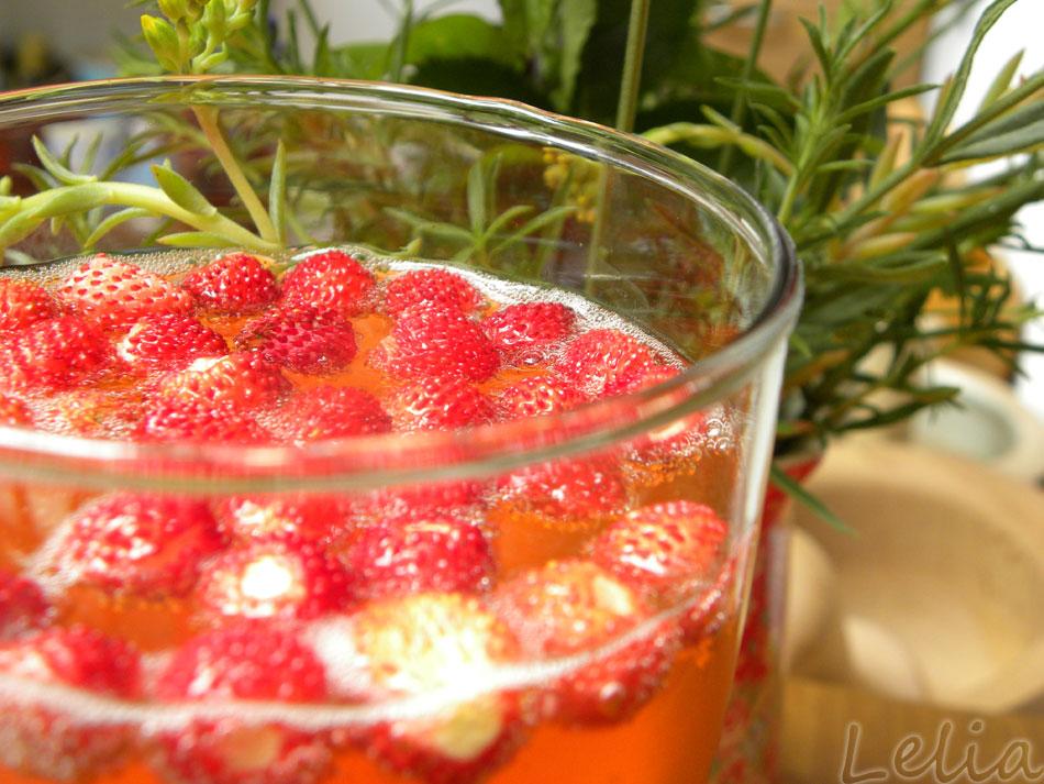 Sekt mit Zitronen-Erdbeersirup und Walderdbeeren!
