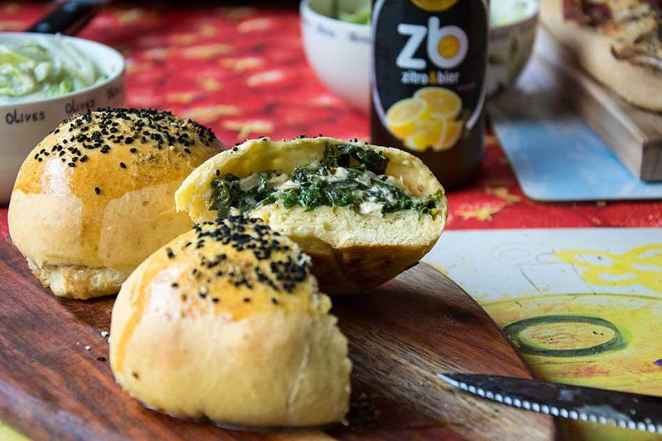Kleine Brötchen mit Mangold-Käse-Fülle