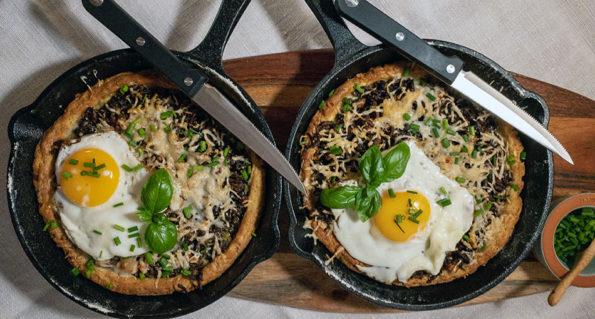 Pfannenpizza aus Topfenteig mit Faschiertem und Bärlauchpesto