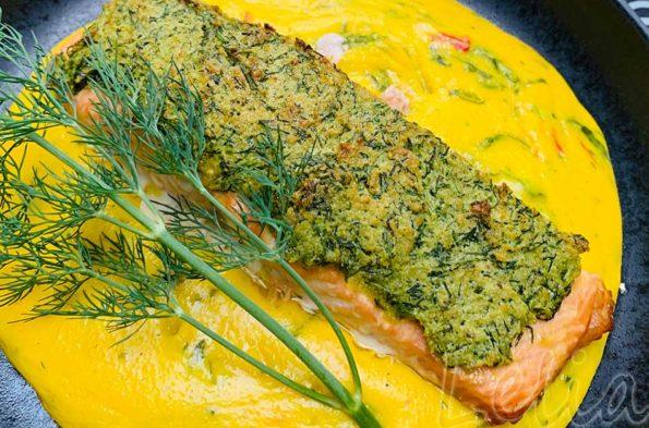 Saftiges Lachsfilet in der Dillkruste auf Safran – Gierschpolenta